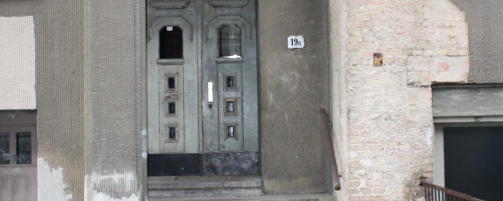 Eingang 19 A mit historischem Hausnummernschild
